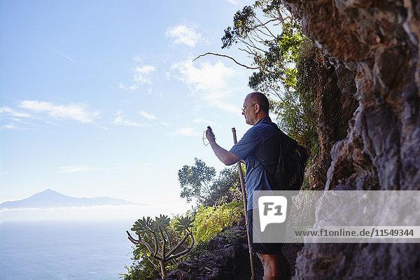 Spanien  Kanarische Inseln  La Gomera  Wanderer mit GPS-Navigationsgeräten