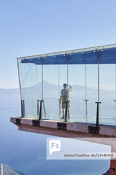 Spanien  Kanarische Inseln  La Gomera  Mann auf Aussichtsplattform mit Blick auf die Aussicht