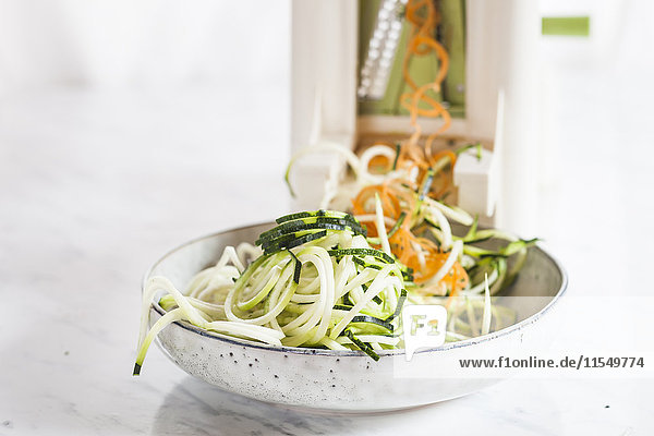 Rohe Zucchini und Karottenspaghetti geschnitten mit Spiralschneider