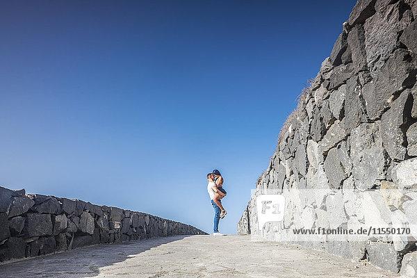 Spanien  Teneriffa  junges verliebtes Paar vor blauem Himmel