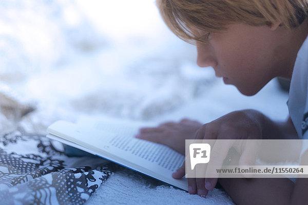 Junge liest ein Buch Junge liest ein Buch