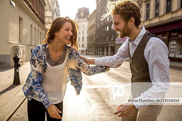 Glückliches junges Paar auf der Straße