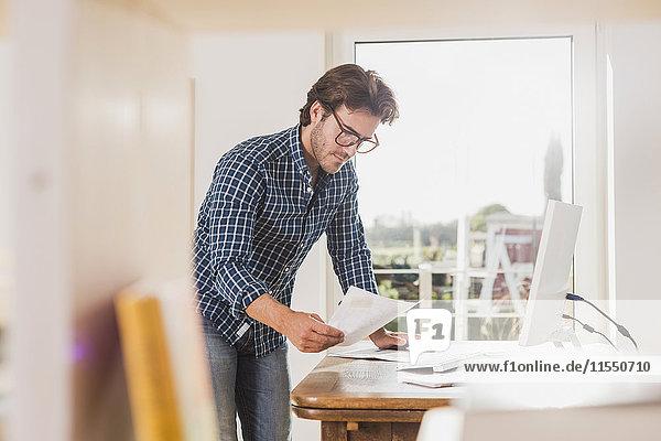 Junger Mann im Home-Office