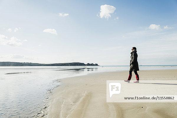 Frankreich  Bretagne  Finistere  Halbinsel Crozon  Frau beim Spaziergang am Strand