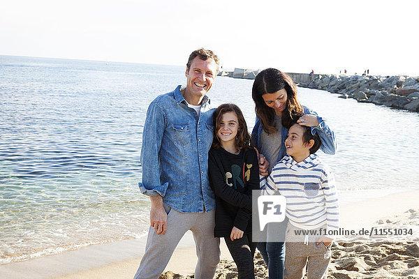 Spanien  Barcelona  Portrait einer glücklichen Familie am Strand