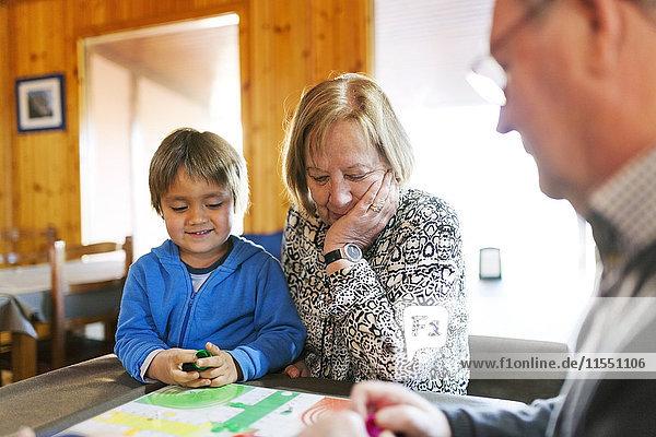 Großeltern spielen Ludo ihren Enkel