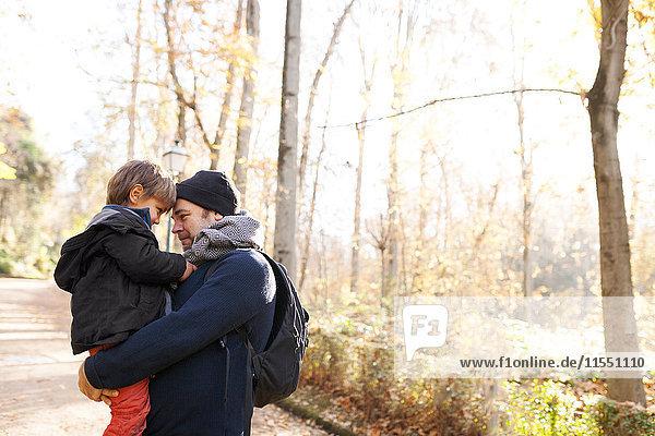 Spanien  Granada  Vater und Sohn in Herbstlandschaft