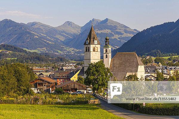 Österreich  Tirol  Kitzbühel  Stadtbild mit Kirchen