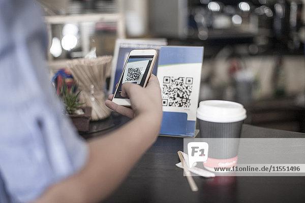 Hand haltendes Smartphone  Barcode scannen