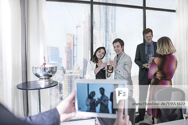 Erfolgreiche Geschäftsleute mit einer Arbeitsgruppe  Mann fotografiert mit digitalem Tablett