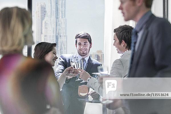 Erfolgreiche Geschäftsleute mit einem Arbeitskreis