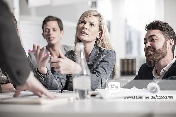Kollegen im Amt bei einer Besprechung