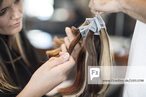 Frau im Friseursalon chooing neue Haarfarbe