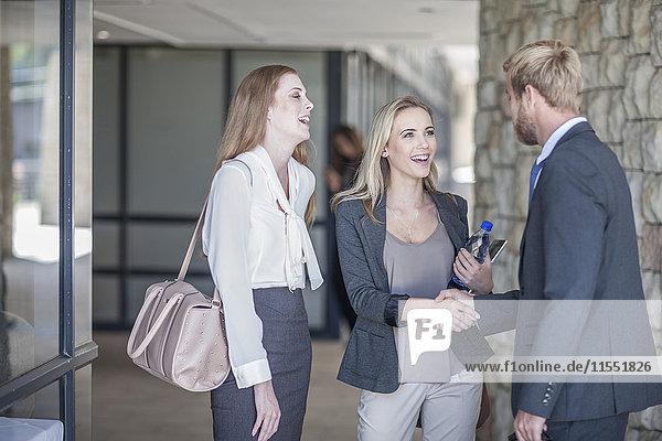 Junge Geschäftsleute bei einem informellen Treffen