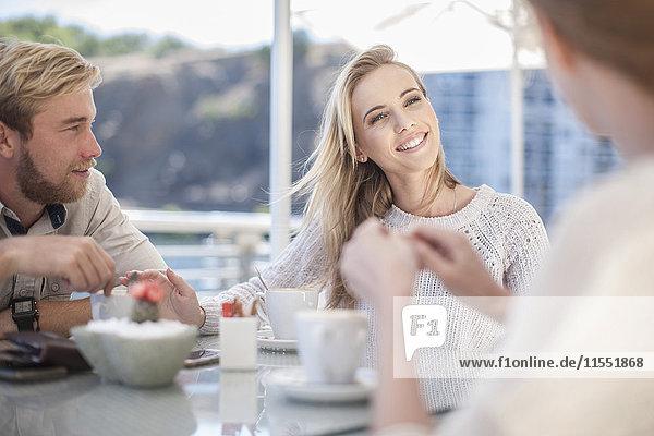 Treffen der Freunde im Freiluftcafé
