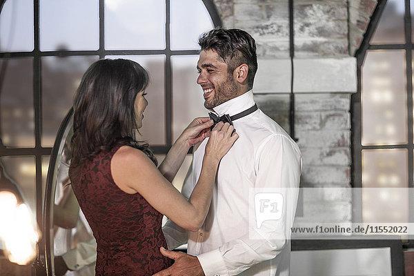 Paar in eleganter Kleidung beim Anziehen
