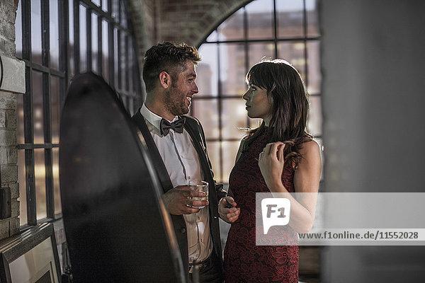 Paar in eleganter Kleidung im Gespräch