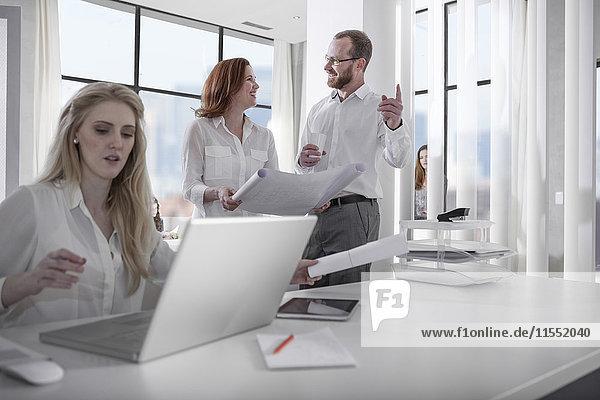 Menschen bei der Arbeit im Büro