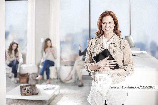 Porträt einer lächelnden Frau mit digitalem Tablett