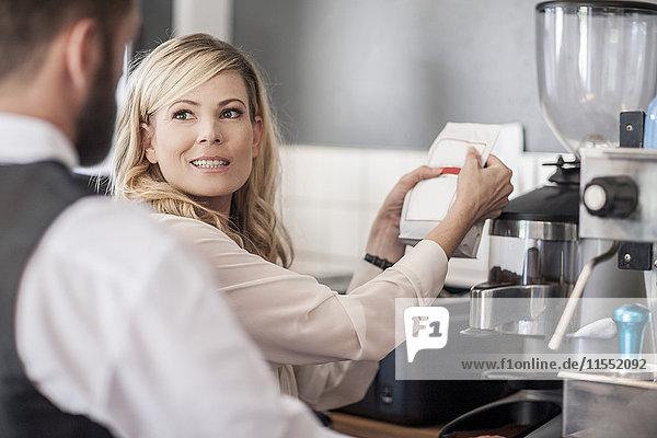 Restaurantpersonal an der Kaffeebar bei der Kaffeezubereitung