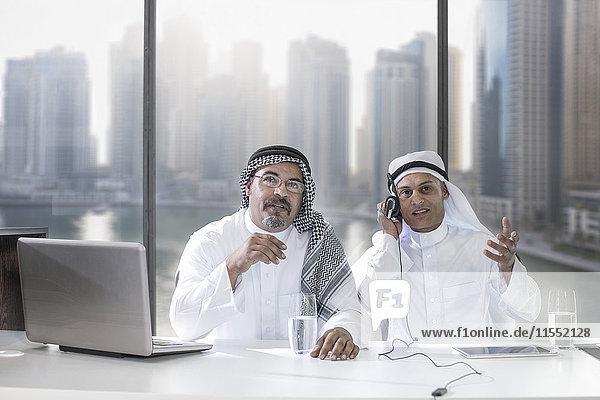 Zwei Geschäftsleute aus dem Nahen Osten haben eine Videokonferenz.