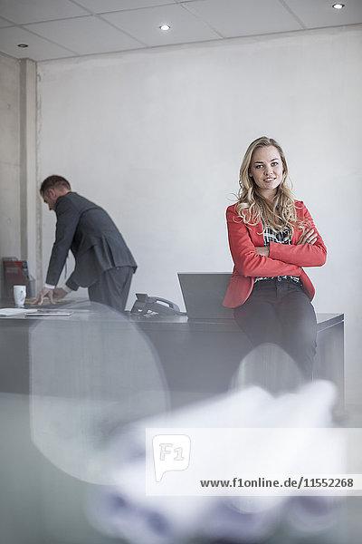 Porträt einer selbstbewussten jungen Frau im Amt