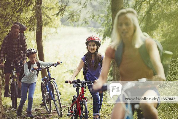 Familien-Mountainbiken im Wald