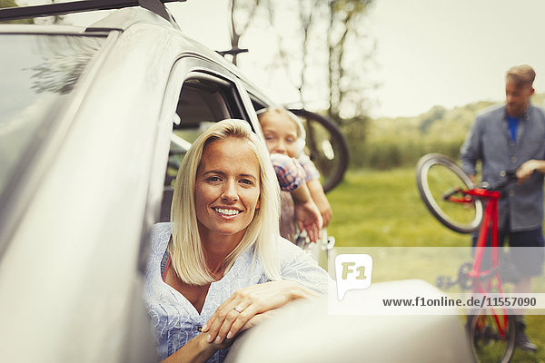 Portrait lächelnde Mutter und Tochter im Auto