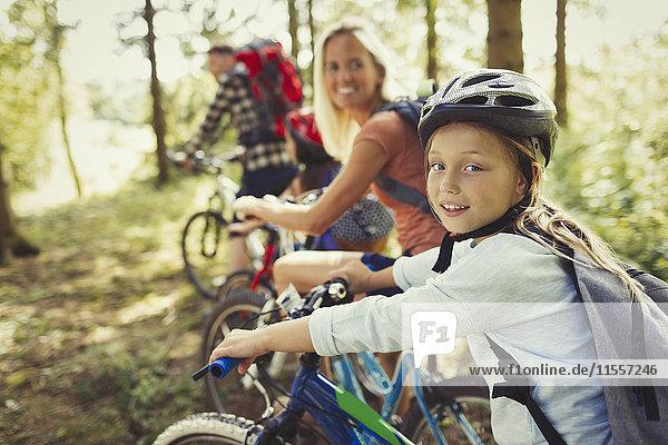 Portrait Mutter und Tochter Mountainbiken im Wald