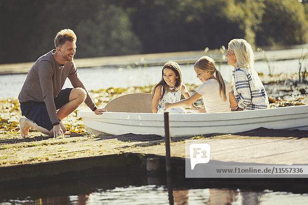 Familie im Kanu am sonnigen Seedock