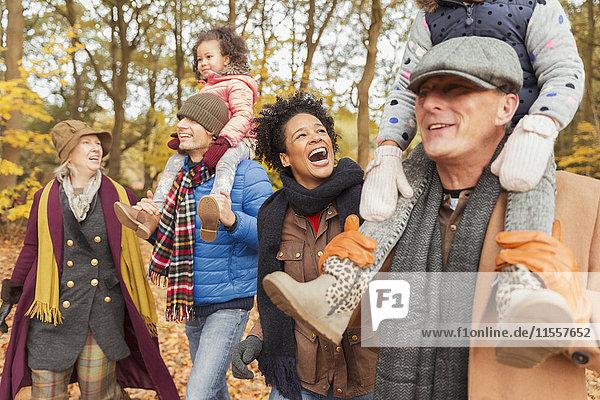 Verspieltes Mehrgenerationen-Familienwandern im Herbstpark