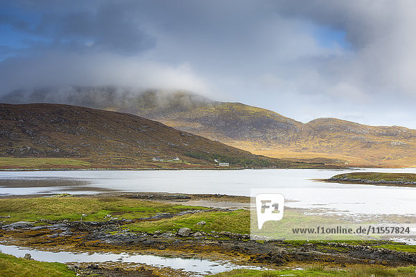 Ruhige Szenenwolken über sanften Hügeln und See,  Loch Aineort,  South Uist,  Outer Hebrides
