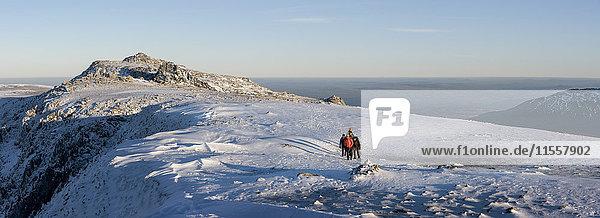 UK  Nordwales  Snowdonia  Ogwen  Glyder Fawr  Bergsteiger auf Schneegebiet