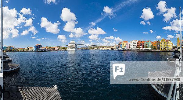 Karibik  Antillen  Curacao  Willemstad  Blick von der Queen Emma Bridge