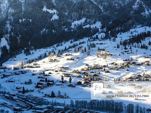 Schweiz  Kanton Bern  Grindelwald  Stadtbild im Winter bei Sonnenaufgang