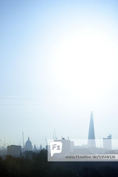 UK  London  Skyline mit St. Paul's Cathedral und The Shard im Morgenlicht