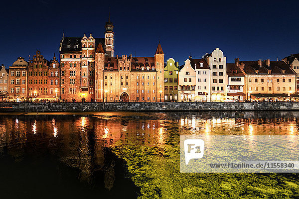 Polen  Danzig  Altstadt  Motlawa Fluss mit Marientor bei Nacht