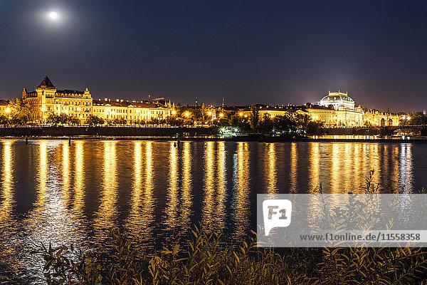 Tschechien  Prag  Blick auf das Nationaltheater mit Moldau im Vordergrund bei Nacht