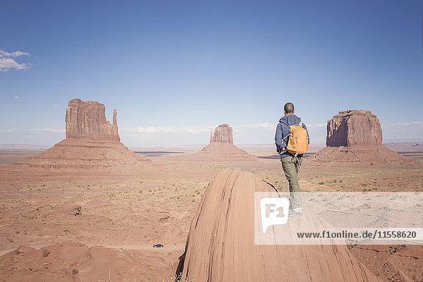 USA  Utah  Rückansicht des Mannes mit Rucksack im Monument Valley