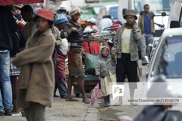 Madagaskar  Fianarantsoa  Homeless mother walking in the street