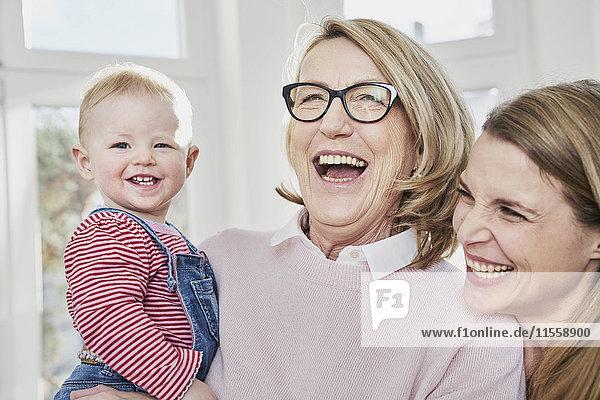 Glückliche Großmutter  Mutter und kleines Mädchen zu Hause