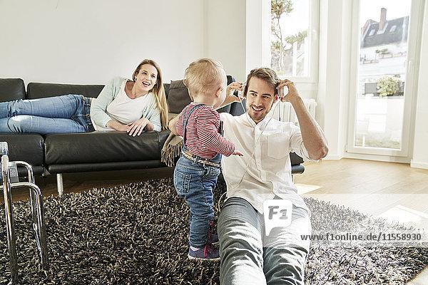 Eltern mit Mädchen im Wohnzimmer