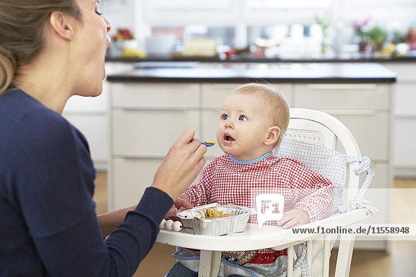 Mutter füttert Baby Girl