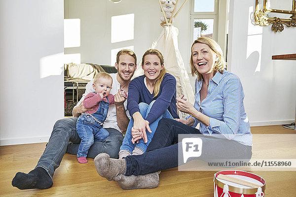 Glückliche Familie mit Mädchen im Wohnzimmer