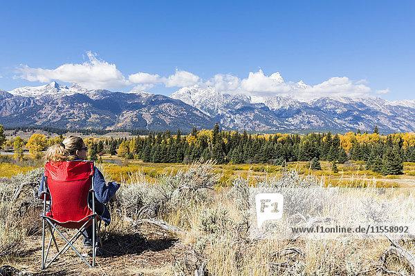 USA  Wyoming  Rocky Mountains  Grand Teton National Park  Snake River  Cathedral Group  Frau genießt Blick auf Teton Range