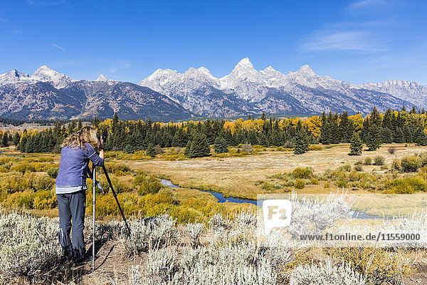 USA  Wyoming  Rocky Mountains  Grand Teton National Park  Snake River  Cathedral Group  Frau fotografiert Teton Range