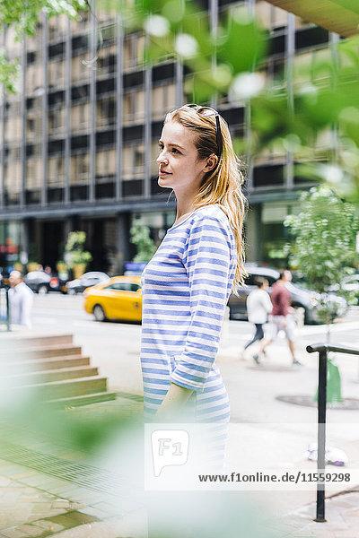 Porträt einer jungen Frau in der Stadt