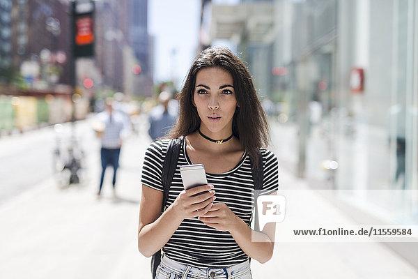 USA  New York City  junge Frau mit Handy in Manhattan