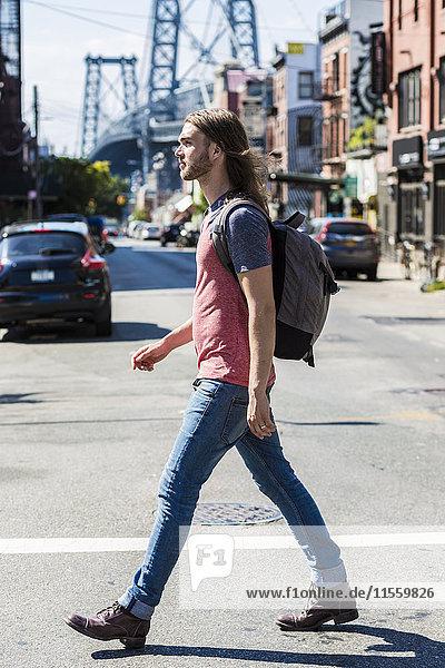 USA  New York City  Mann überquert die Straße in Williamsburg  Brooklyn