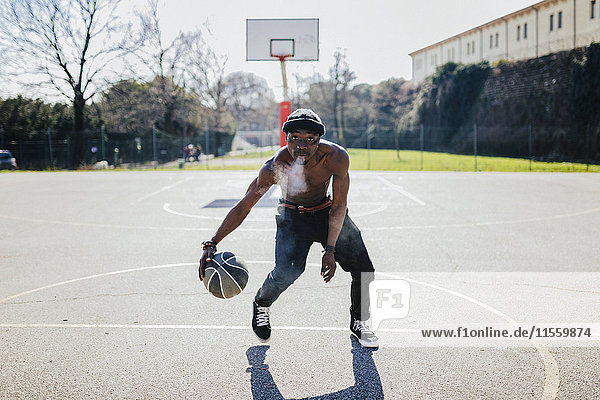 Barechested Basketballspieler in Aktion auf dem Platz